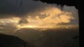 Berge innerhalb der Wolken stock footage