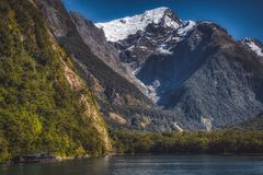 Berge in Milford- Soundfjord lizenzfreie stockfotografie