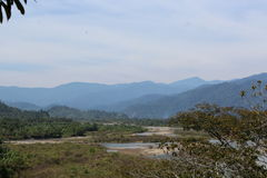 Berge mit dem Fluss darunterliegend Stockbilder
