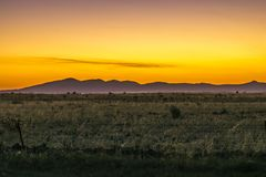 Berge mit einem Sonnenunterganghimmel Stockfotos
