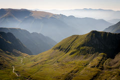 Berge mit Nebel, Tal und Fluss Stockfoto