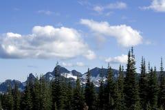 Berge mit nettem cloudscape lizenzfreies stockfoto