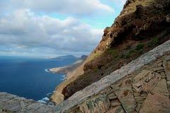 Berge mit Ozean und Veranschaulichung Stockfoto