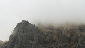 Berge mit regnerischen grauen ominösen Wolken schuß Tiefe Wolken auf Berg im wolkigen Wetter stock video