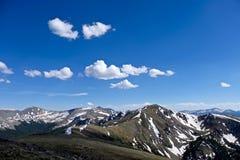 Berge mit Schnee, blauem Himmel und Wolken Stockfotografie