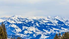 Berge mit Schnee im Winter Skiort Westendorf Stockfotos