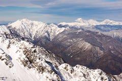 Berge mit schneebedeckten Oberteilen Stockfotografie