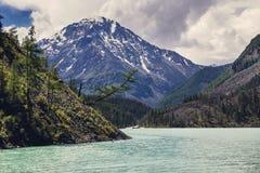 Berge mit See Stockfotos