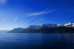 Berge mit Streifen im Himmel Lizenzfreie Stockfotografie