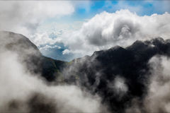 Berge mit Wolken Hochebene ` Ende des Welt-`, Horton, Sri Lanka Stockbilder