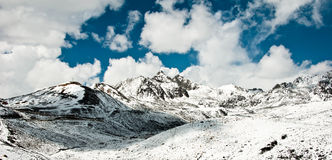 Berge nähern sich tagong, Porzellan Stockfoto