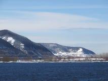 Berge nahe dem Fluss Anfang November Stockfotografie