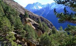 Berge nahe Elbrus-Dorf stockfotografie