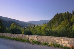 Berge am Rand der Steinwand des mittelalterlichen Schlosses Stockfotos
