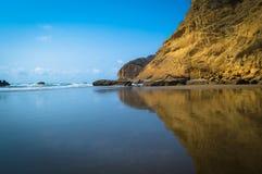 Berge reflektiert im Ozean Stockfoto