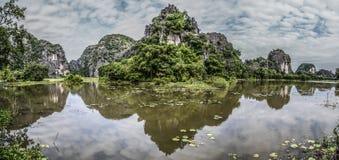 Berge reflektiert im Wasser Lizenzfreie Stockbilder