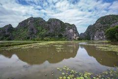Berge reflektiert im Wasser Lizenzfreies Stockfoto