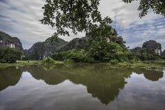 Berge reflektiert im Wasser Lizenzfreie Stockfotografie