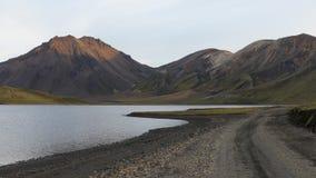 Berge, schöner See und Straße stockbild