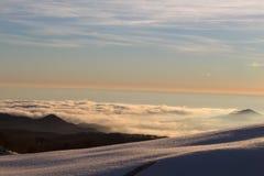 Berge/Schnee und Wolken Stockbild
