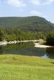 Berge u. Fluss stockfoto