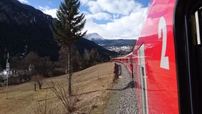 Berge um bergun, switserland genommen vom Rhatische Bahn Lizenzfreie Stockfotografie