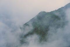Berge umgeben durch Nebel Lizenzfreies Stockbild
