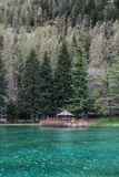 Berge und Bäume reflektieren sich in einem kalten See in Gressoney Stockbild