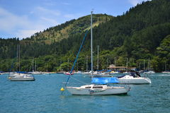 Berge und Boote auf dem Meer Stockfotografie