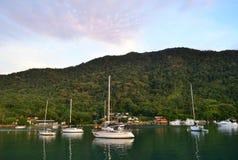 Berge und Boote auf dem Meer Stockfoto