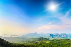 Berge und bunter Himmel in Thailand Stockfoto