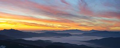 Berge und Dämmerungs-Himmel Stockfoto