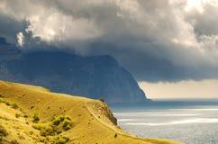 Berge und das Meer stockfotografie