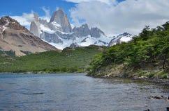 Berge und der See Lizenzfreie Stockfotos
