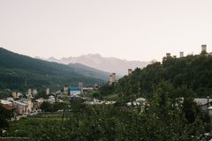Berge und Dorf stockbilder