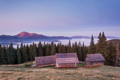 Berge und ein kleines Dorf Stockfotografie