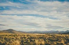 Berge und Feld Lizenzfreies Stockfoto