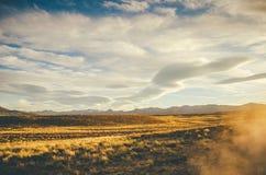 Berge und Feld Lizenzfreie Stockfotografie