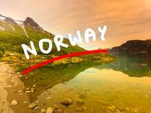 Berge und Fjord in Norwegen lizenzfreie stockfotos