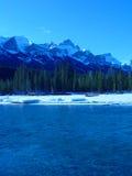 Berge und Fluss im Winter Lizenzfreies Stockfoto