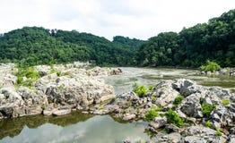 Berge und Fluss-Landschaft Stockbilder