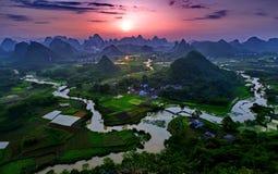 Berge und Fluss mit Sonnenuntergang lizenzfreie stockbilder