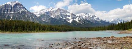 Berge und Flusspanorama Stockbilder