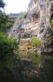 Berge und Gebirgsflusslandschaft lizenzfreie stockbilder