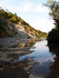 Berge und Gebirgsflusslandschaft lizenzfreies stockfoto