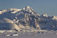 Berge und gefrorener Ozean mit Eisbergen des antarktischen Penins Lizenzfreie Stockfotos