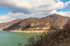 Berge und grüner See Stockbild
