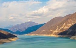 Berge und grüner See Lizenzfreies Stockfoto