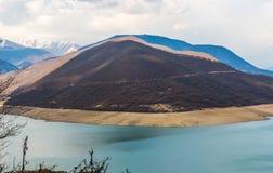 Berge und grüner See Stockbilder