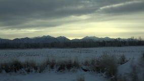 Berge und Hügel von Kamchatka-Gebiet mit schneebedeckten Spitzen am eisigen grauen Himmel des Winters stock video footage